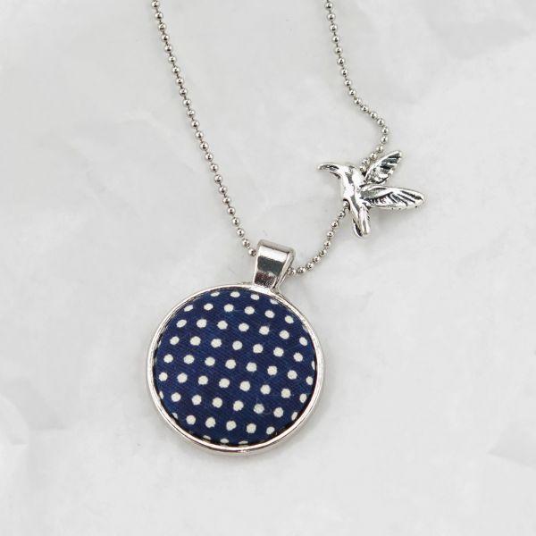 Medaillon-Halskette silberfarben / Stoff blau